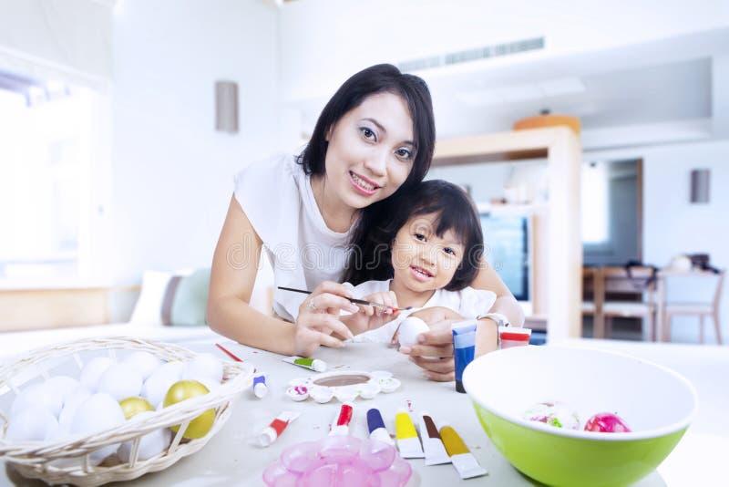 Download Matka I Córka Malujemy Easter Jajka W Domu Obraz Stock - Obraz złożonej z latynos, dziewczyna: 28964315