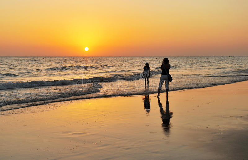 Matka i córka na plażowym Costa Ballena w Chipiona, CÃ ¡ diz wybrzeże, Andalusia, Hiszpania obraz royalty free