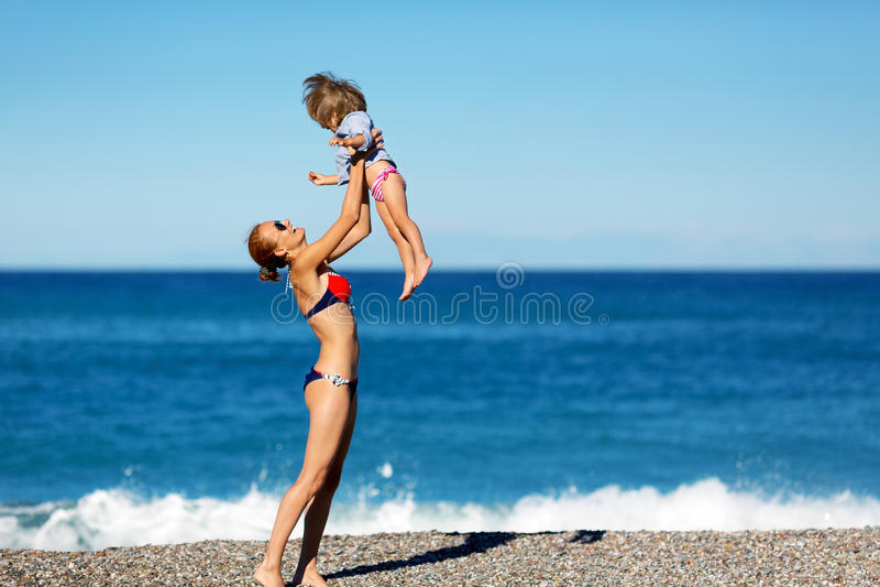 Matka i córka na plaży obraz royalty free