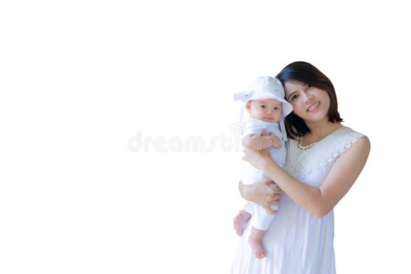 Matka i córka południowo-wschodnioazjatycka w białej sukience. Narodziny mają 3 miesiące. Mama trzyma noworodka fotografia stock