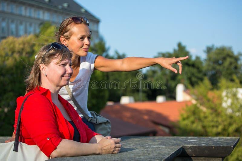 Matka i córka podróżuje - dwa turysty studiuje mapę obrazy stock