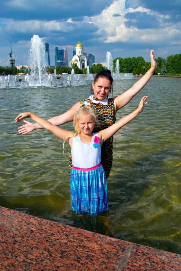 Matka i córka przy fontanną fotografia stock