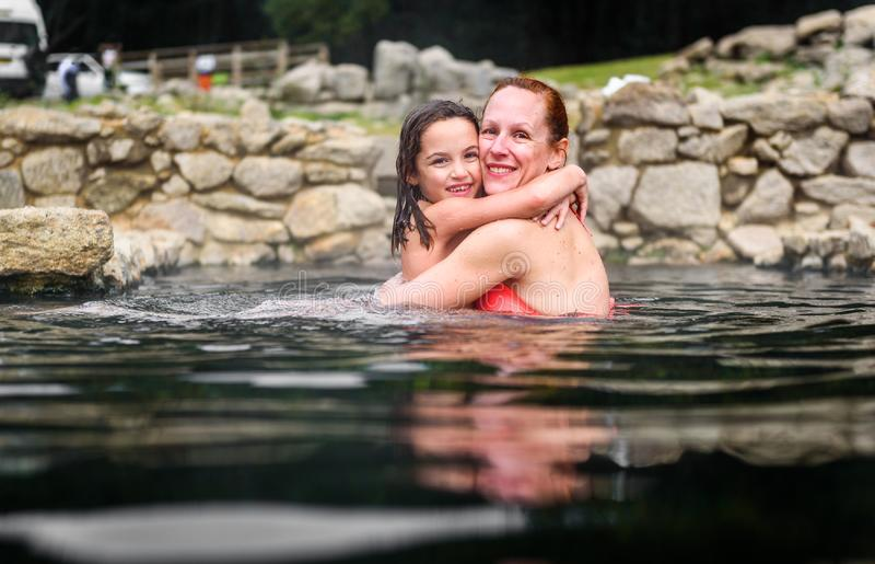 Matka i córka relaksuje w naturalnym termicznym wodnym rzymskim zdroju fotografia royalty free