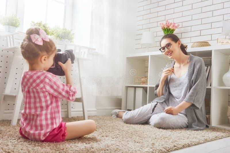 Matka i córka robi fotografii zdjęcia stock