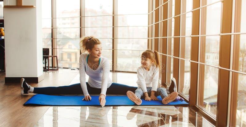 Download Matka I Córka Robi Joga W Gym Obraz Stock - Obraz złożonej z kobiety, rodzina: 57663137