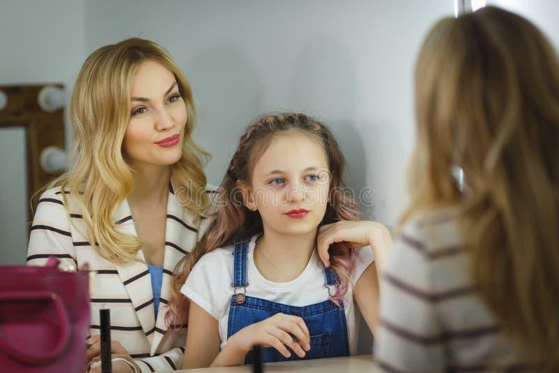 Matka i córka robimy makijażowi wpólnie Odbicie w lustrze obraz royalty free