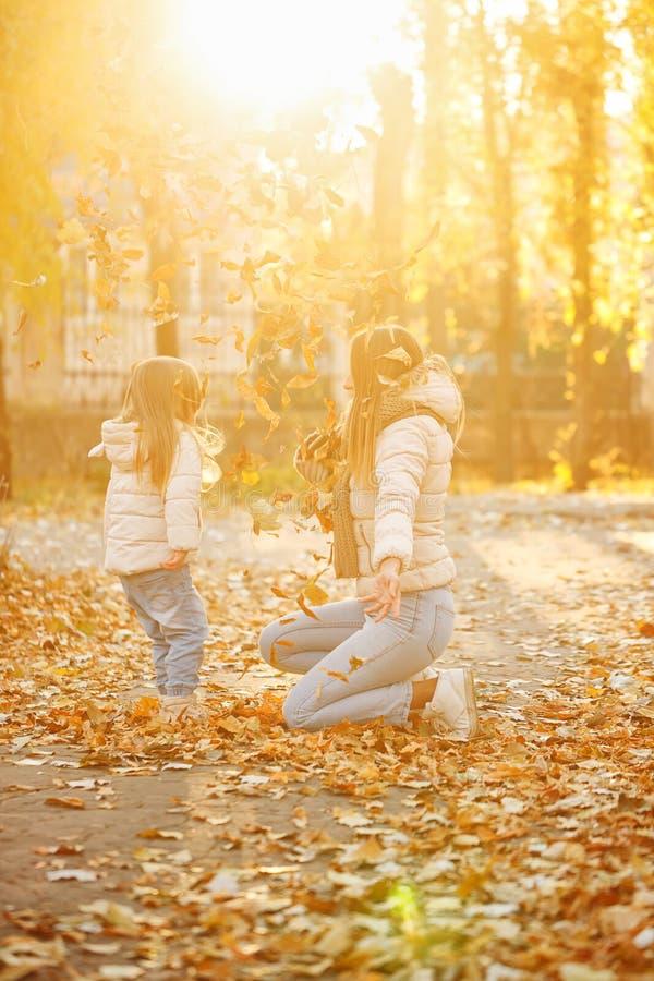 Matka i córka rzucamy up spadać liście joyce obraz royalty free