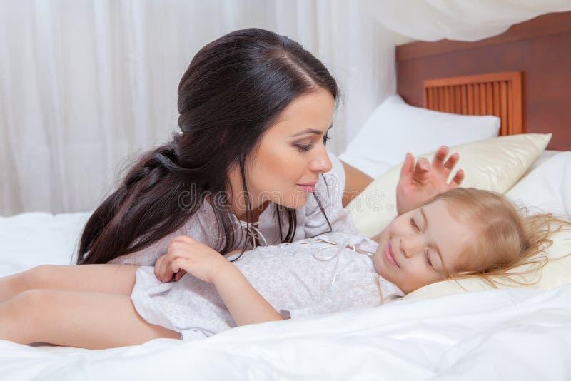 Matka i córka w łóżku obrazy stock