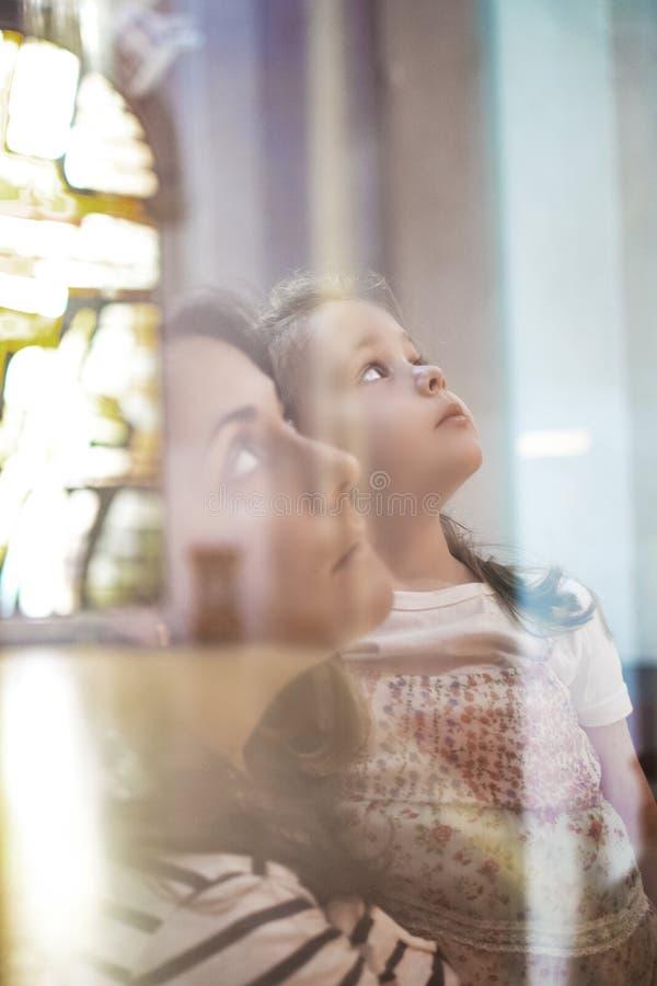 Matka i c?rka w ko?ci?? wtr?ca si? w katechizm edukacji sesji Chrystianizmu i catholicism poj?cie i opr??nia kopii przestrze? obraz stock