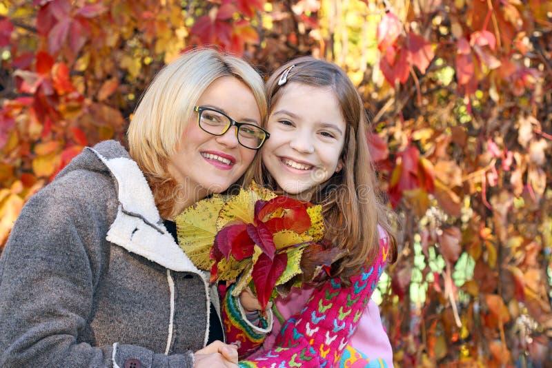 Matka i córka w parkowym jesień sezonie zdjęcie stock