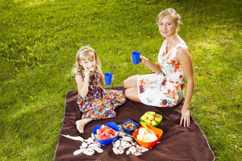 Matka i córka w parku obrazy stock