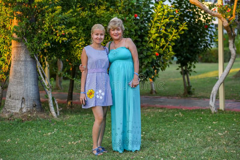 Matka i córka w pięknych lato sukniach zdjęcia stock