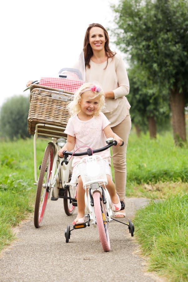 Matka i córka z bicyklami w parku fotografia stock