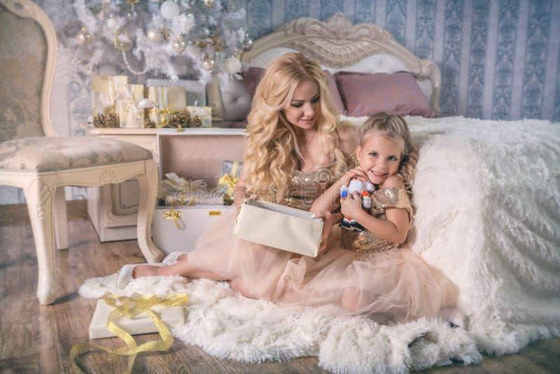 Matka i córka z Bożenarodzeniowi prezenty fotografia stock