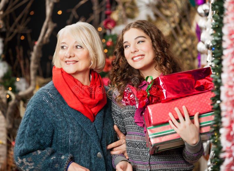 Matka I córka Z Bożenarodzeniowymi teraźniejszość Wewnątrz zdjęcie royalty free