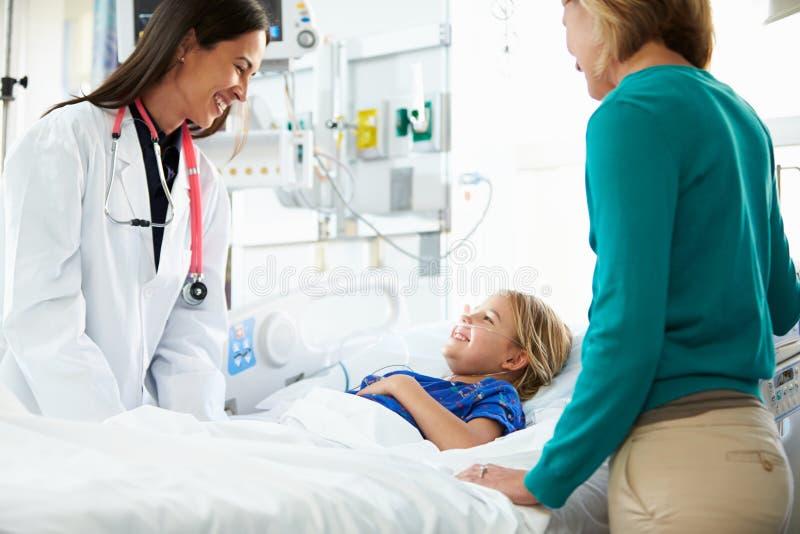 Matka I córka Z lekarką W oddziale intensywnej opieki obrazy stock