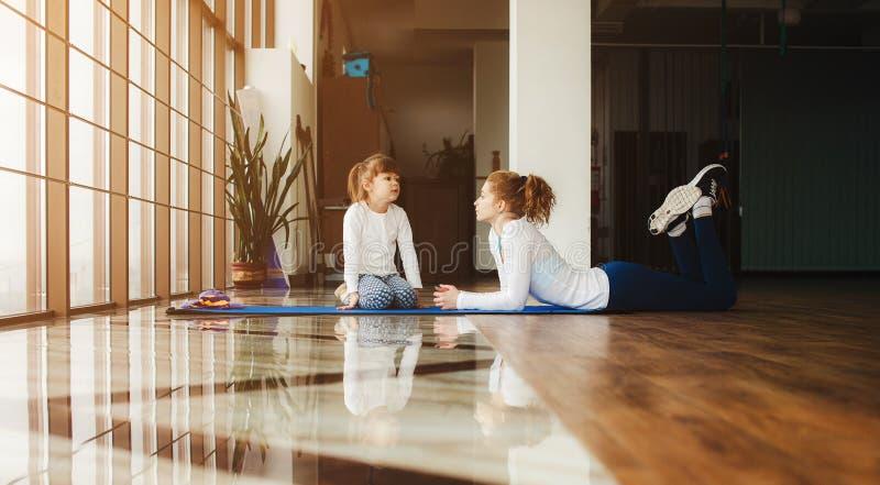 Download Matka i córka zabawę w gym zdjęcie stock. Obraz złożonej z sport - 57663128