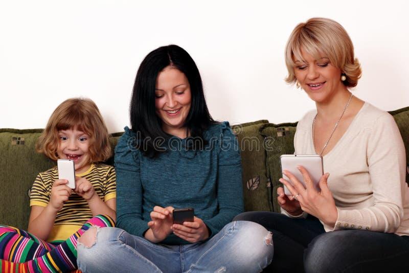 Download Matka I Córki Bawić Się Z Mądrze Pastylką I Telefonami Zdjęcie Stock - Obraz złożonej z rozrywka, komunikacja: 28967822