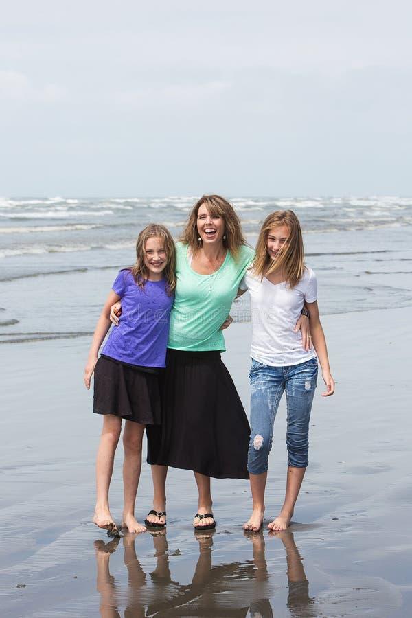 Matka i córki przy plażą obraz stock