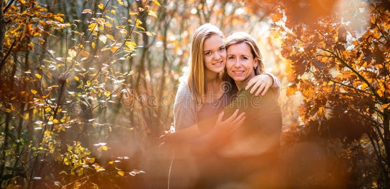 Matka i c?rka w jesie? lesie zdjęcie stock