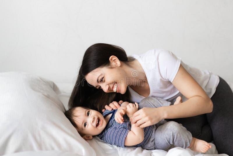 Matka i chłopiec na łóżku fotografia stock