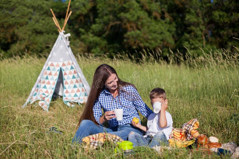 Matka i chłopiec na pinkinie przy namiotami zdjęcia stock