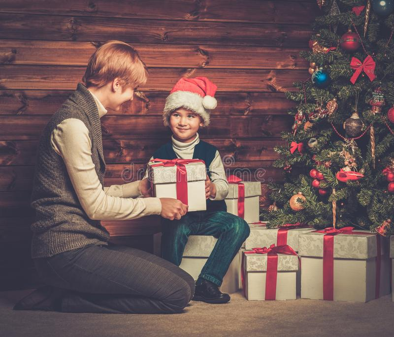 Matka i chłopiec z prezenta pudełkiem obrazy royalty free