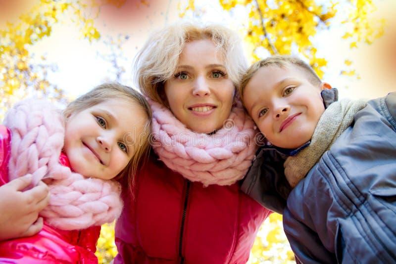 Matka i dwa dziecka patrzeje w dół w jesieni zdjęcie royalty free