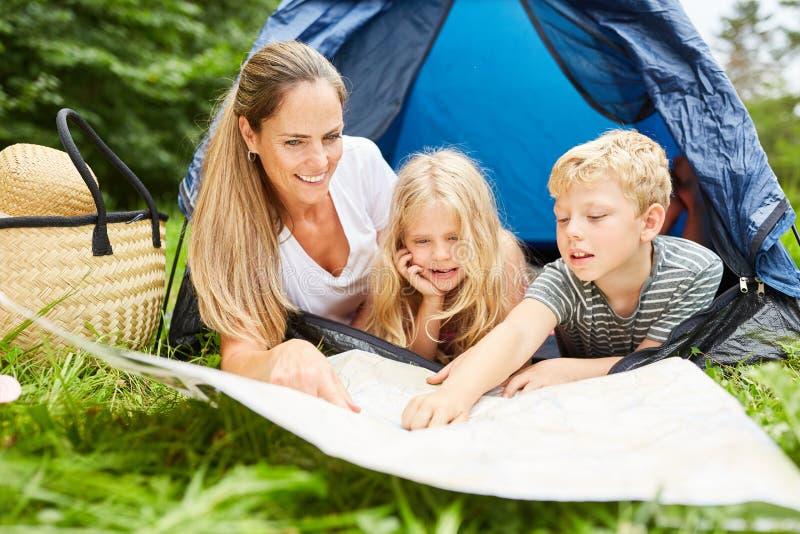 Matka i dwa dziecka z mapą obrazy royalty free