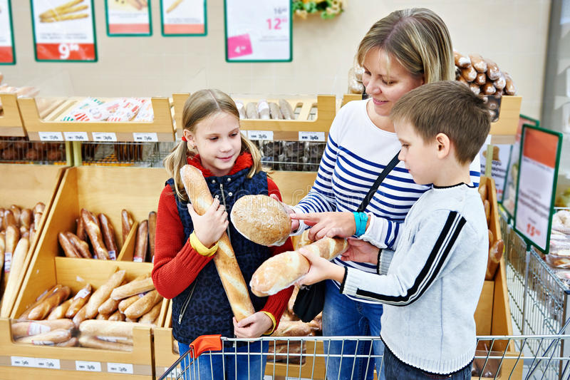 Matka i dzieci kupuje chleb zdjęcia royalty free