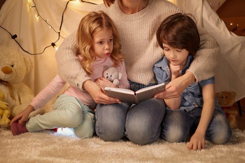 Matka i dzieci siedzi w playroom obrazy stock
