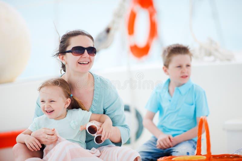 Matka i dzieciaki przy luksusowym jachtem obrazy stock