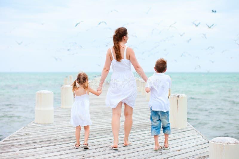 Matka i dzieciaki przy nadmorski zdjęcia stock