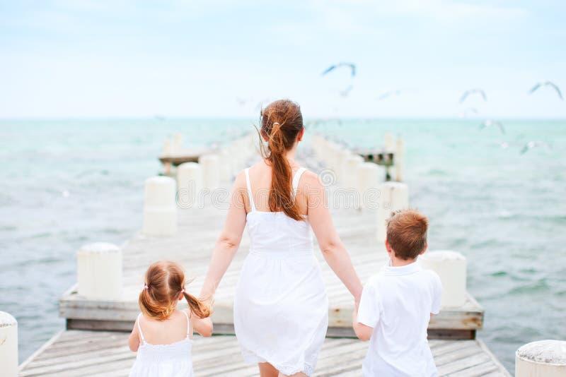 Matka i dzieciaki przy nadmorski fotografia stock