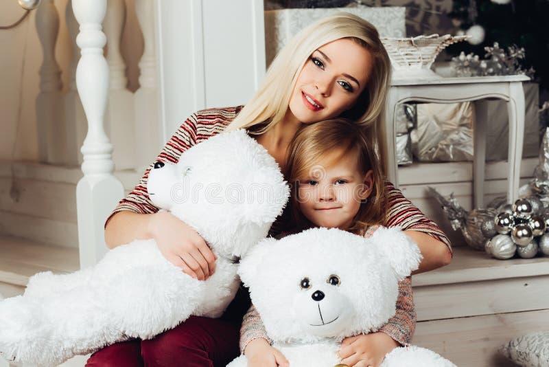 Matka i dziecko ściska białego misia i pozować obraz stock