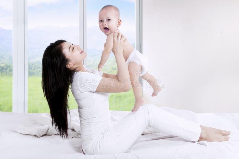 Matka i dziecko bawić się wpólnie fotografia stock
