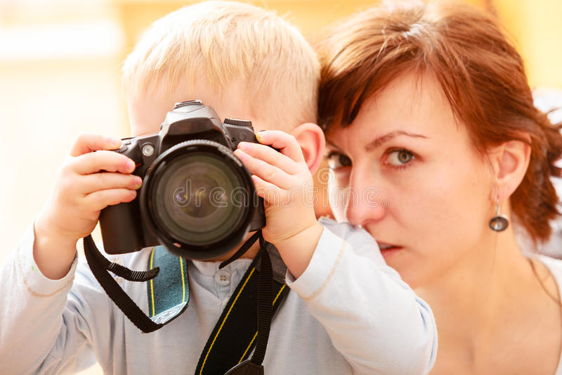 Matka i dziecko bawić się z kamerą bierze fotografię zdjęcia stock