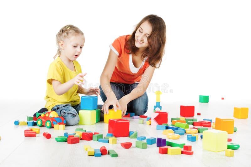 Matka i dziecko bawić się zabawka bloki obraz royalty free