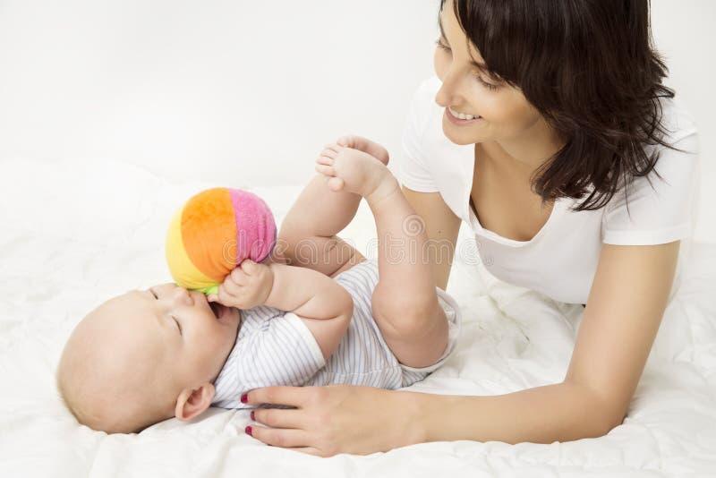 Matka i dziecko Bawić się Zabawkarską piłkę, Nowonarodzona dzieciak sztuka z mamą obrazy stock