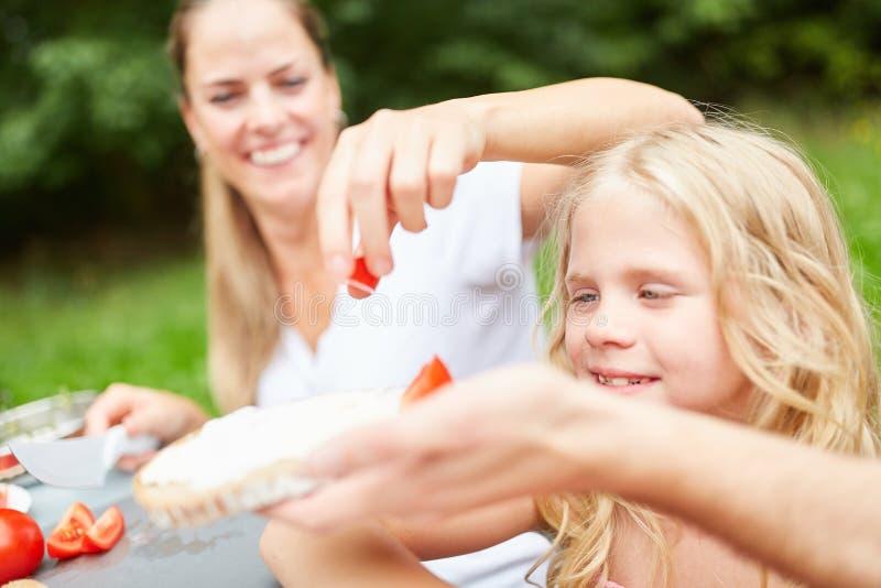 Matka i dziecko mażemy kanapkę fotografia royalty free