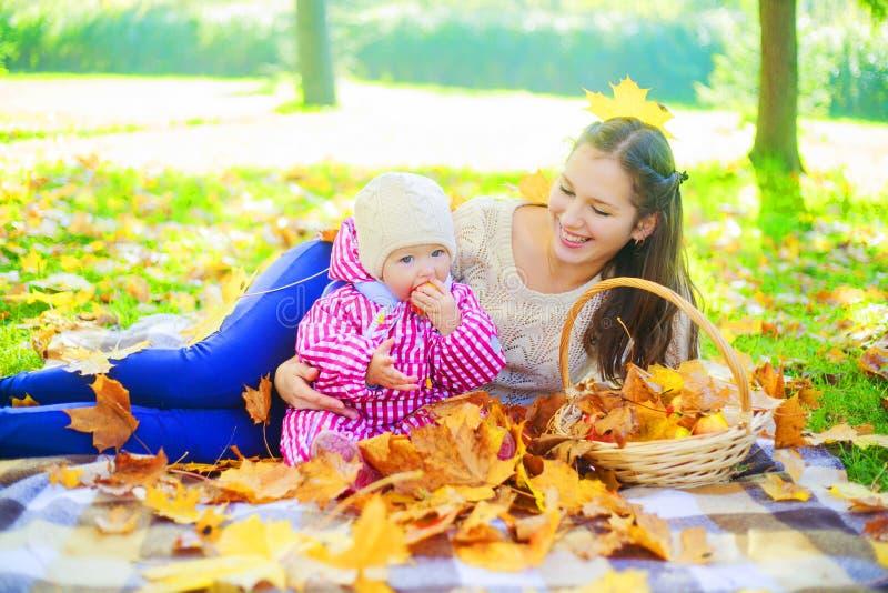 Matka i dziecko ma pinkin zdjęcie royalty free