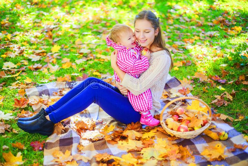 Matka i dziecko ma pinkin obrazy stock