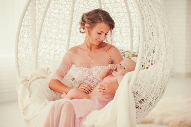 Matka i dziecko na białym chaiк obrazy stock