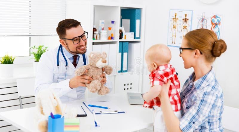 Matka i dziecko na przyjęciu przy dziecko pediatra obrazy stock