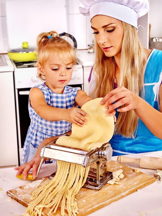 Matka i dziecko robi domowej roboty makaronowi obraz stock