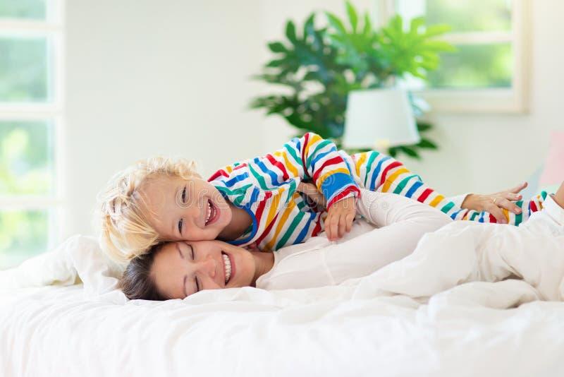 Matka i dziecko w łóżku Mama i dziecko w domu fotografia royalty free