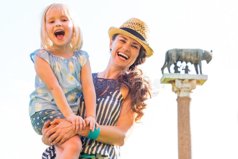 Matka i dziewczynka przed capitoline wilkiem fotografia stock