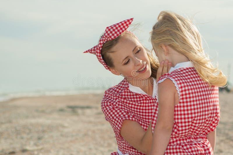 Matka i jej córka bawią się na plaży obrazy royalty free