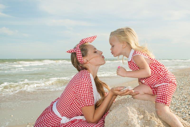 Matka i jej córka bawią się na plaży obraz stock