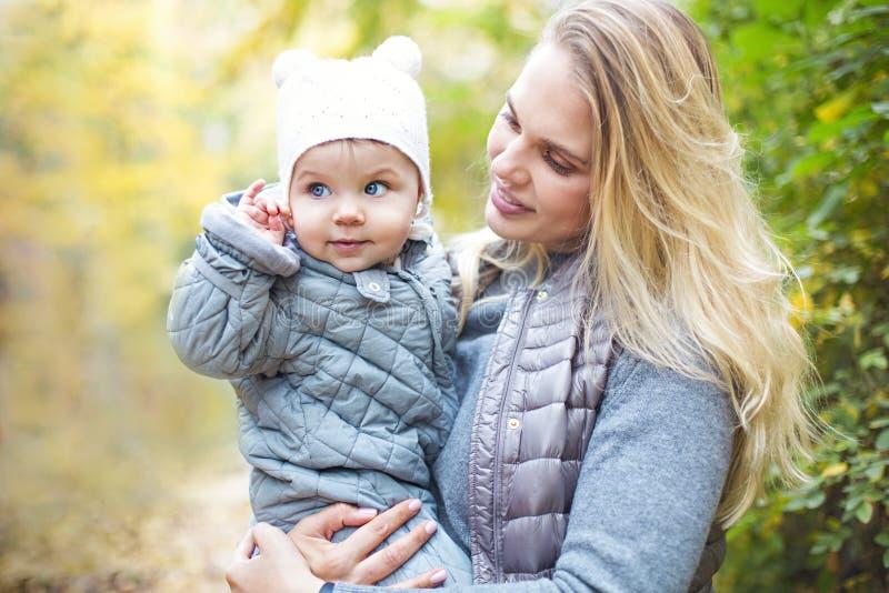Matka i jej ma?a c?rki sztuka cuddling na jesieni chodzimy w naturze outdoors fotografia royalty free